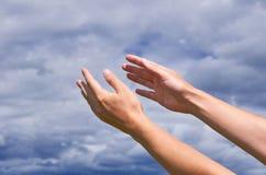 Dziewczyna dosięga out jego ręki niebo, dzięki lub pytać dla pomocy, Pojęcie religia, duchowość, modlitwa i błogosławieństwa, Obrazy Stock