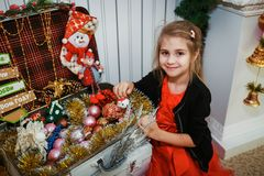 Dziewczyna dostaje przygotowywającą dla bożych narodzeń Obraz Royalty Free