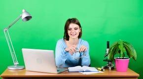 Dziewczyna dosy? atrakcyjny ucze? z laptopem Nowo?ytna studencka dziewczyna jest edukacja starego odizolowane poj?cia Studencki ? obraz royalty free