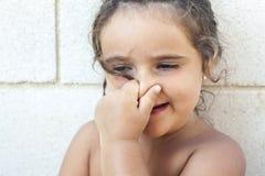 Dziewczyna dotyka jej nos Zdjęcie Royalty Free