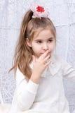 Dziewczyna dotyka jej usta palcem fotografia stock