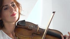Dziewczyna dotyka sznurki bawić się skrzypce z bliska Biały tło zbiory