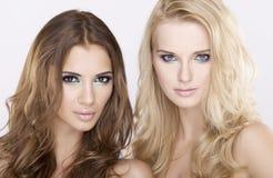 Dziewczyna dwa przyjaciela - blondyny i brunetka Obrazy Royalty Free