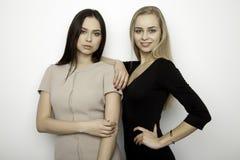 Dziewczyna dwa uśmiechniętego przyjaciela - blondyny i brunetka Zdjęcia Stock