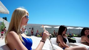 Dziewczyna dymi nargile, wakacje zdjęcie wideo