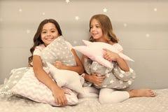 Dziewczyna dzieciak?w u?ci?ni?cia ?liczna poduszka ?liczne dzieciak poduszki kochaj? cuddle Znajduje dekoracyjne poduszki i dodaj obrazy stock