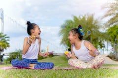 Dziewczyna dzieciaka szczęścia śmieszny mydlany bąbel w parku, Śmia się szczęśliwych wi obrazy stock