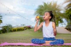 Dziewczyna dzieciaka szczęścia śmieszny mydlany bąbel w parku, Śmia się szczęśliwych wi zdjęcie stock