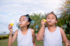 Dziewczyna dzieciaka szczęścia śmieszny mydlany bąbel w parku, Śmia się szczęśliwych wi zdjęcia royalty free