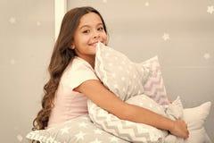 Dziewczyna dzieciaka u?ci?ni?cia ?liczna poduszka ?liczne dzieciak poduszki kochaj? cuddle Znajduje dekoracyjne poduszki i dodaje obrazy stock