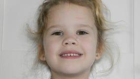 Dziewczyna, dziecko gubił ząb, dziura, oralna higiena zdjęcie wideo