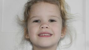 Dziewczyna, dziecko gubił ząb, dziura, oralna higiena zbiory
