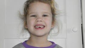 Dziewczyna, dziecko gubił ząb, dziura, oralna higiena zbiory wideo