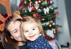 dziewczyna Dziecko Xmass matka dekoracje wakacje Świętowanie obrazy stock