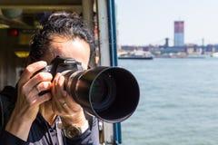 Dziewczyna fotograf bierze fotografię Canon kamera w rękach zdjęcie stock