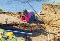 Dziewczyna fotograf fotografuje archeologicznych znaleziska i ich lokację Zdjęcie Stock