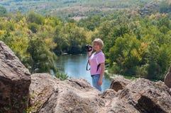 Dziewczyna fotograf z kamerą w ręce Zdjęcie Stock
