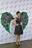 Dziewczyna fotografuje przy stojakiem z Kaaral skrzydłami przy f Zdjęcie Stock