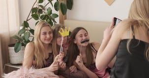 Dziewczyna fotografuje przyjaciół pozuje z imitacji wsparciami w nightie zdjęcie wideo