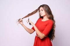 Dziewczyna fryzjer długie włosy Rewolucjonistki Suknia Czarni strzyżenia Zdjęcie Stock