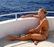 dziewczyna garbnikująca bikini zdjęcie stock