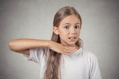 Dziewczyna gestykuluje z ręki przerwą opowiada, ciie je out zdjęcie royalty free