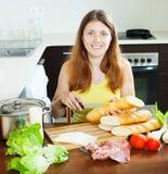 Dziewczyna gotuje hiszpańskie kanapki (bocadillo) Zdjęcia Stock