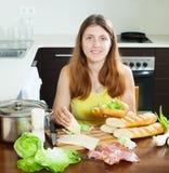 Dziewczyna gotuje hiszpańskie kanapki (bocadillo) Obrazy Royalty Free