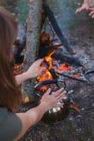 Dziewczyna gr?e ona oddaje czajnika ogieniem zdjęcie royalty free
