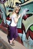dziewczyna graffiti zbliżać pozycję fotografia royalty free