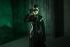 Dziewczyna hacker w cyfrowym świacie Młoda kobieta w matryca stylu kostiumu obraz stock