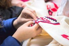 Dziewczyna haftuje tradycyjnego ornament zdjęcia stock