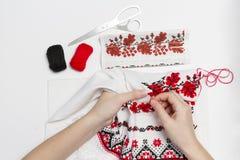 Dziewczyna haftuje wzór na ręcznikowym zakończeniu Zdjęcie Stock