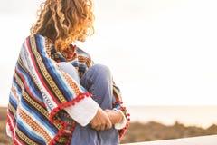 Dziewczyna herself w wakacje z poncho uściskiem fotografia royalty free