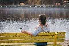 Dziewczyna hipis na brzeg rzeki pozuje i ono uśmiecha się Zdjęcia Royalty Free