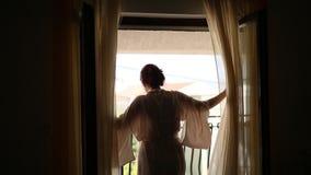 Dziewczyna iść okno i otwiera zasłony Sylwetka o zdjęcie wideo