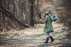 Dziewczyna iść przez drewien zdjęcia royalty free