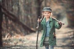 Dziewczyna iść przez drewien obraz stock