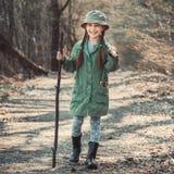 Dziewczyna iść przez drewien fotografia stock