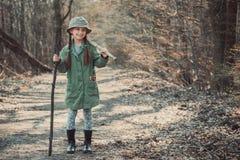 Dziewczyna iść przez drewien Fotografia Royalty Free