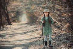 Dziewczyna iść przez drewien zdjęcia stock