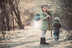 Dziewczyna iść przez drewien Obraz Royalty Free