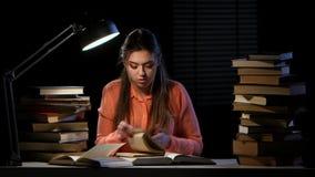 Dziewczyna iść przez książki i znajduje prawą informację Czarny tło zbiory