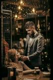 Dziewczyna i biznesmen w restauracji dziewczyna z blondynem i brodaty mężczyzna odpoczywamy w kawiarni fotografia royalty free