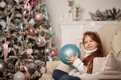 Dziewczyna i boże narodzenie dekoracje Fotografia Royalty Free