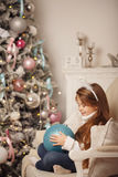 Dziewczyna i boże narodzenie dekoracje Fotografia Stock