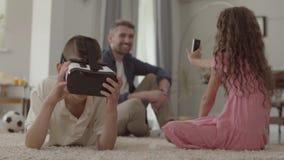 Dziewczyna i brat używa rzeczywistość wirtualna szkła, siostrzana bierze fotografia zbiory wideo