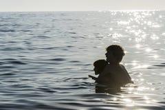 Dziewczyna i chłopiec bawić się w morzu w lecie zdjęcia royalty free
