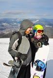 Dziewczyna i chłopiec pozycja, uśmiechający się snowboads i trzymający Zdjęcie Royalty Free