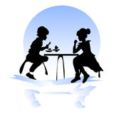 Dziewczyna i chłopiec przy stołem w kawiarni Zdjęcie Royalty Free